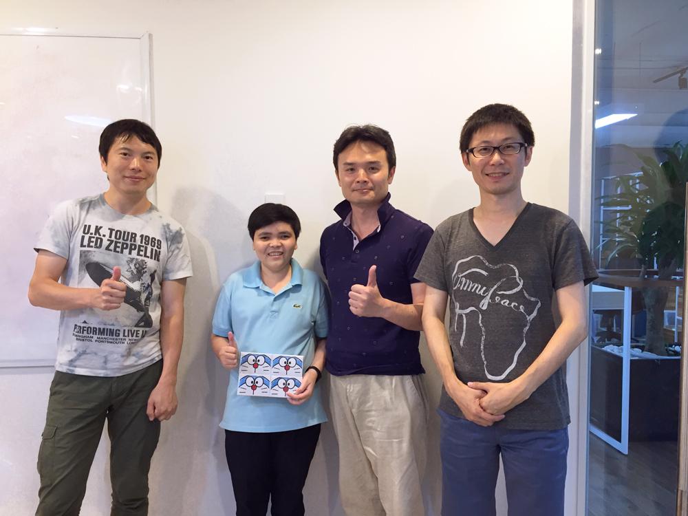 左から当社CTO大谷、現地エンジニア 、CIO伊藤、COO金田の集合写真